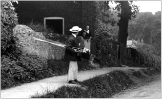 A Frith photographer in the Village of Tandridge 1907, 57972x.